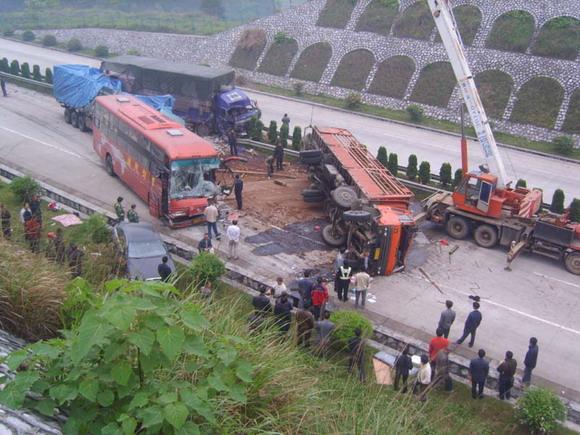 陕西西临高速发生严重交通事故 致6人死3人受伤