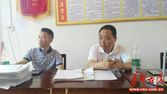 陈震书记和县人大副主任王岐全在村开会.jpg